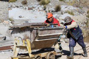 Déchargement du minerai d'étain à Mina Fabulosa, Bolivie