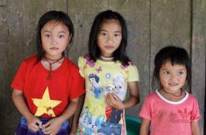 Trois fillettes dans la campagne de Bac Ha