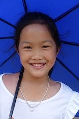 Jeune fille au parasol bleu de Mai Due