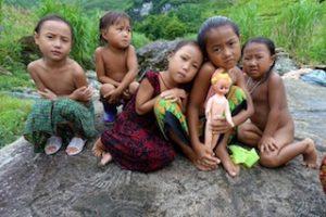 Enfants dans les cascades de Dugia