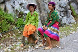 Deux jeunes filles se reposent de la corvée de mais